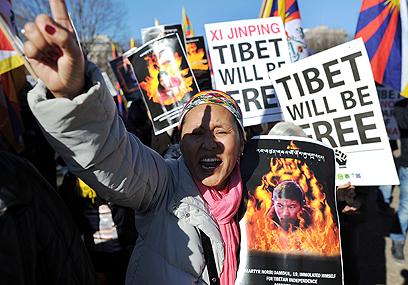 """""""טיבט איננה חלק מסין"""", הפגנה נגד ביקורו הקודם של שי בארה""""ב (צילום: AFP) (צילום: AFP)"""