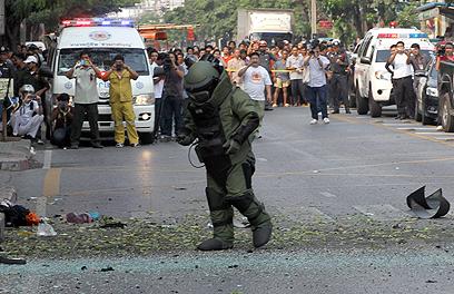 חבלן משטרה סורק את זירת הפיגוע (צילום: AP) (צילום: AP)