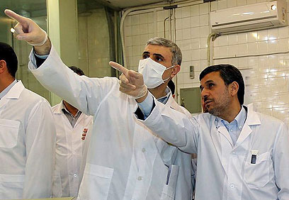 President Ahmadinejad in nuclear reactor (Photo: EPA) (Photo: EPA)