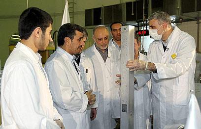 אחמדינג'אד מבקר בכור המחקר בטהרן (צילום: EPA) (צילום: EPA)
