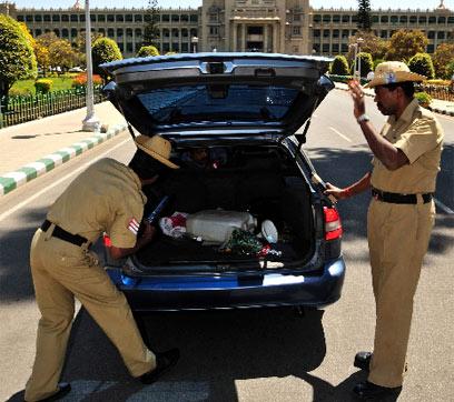 שוטרים הודים. שטר אחד וגמרנו (צילום: EPA) (צילום: EPA)