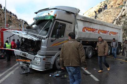 זירת התאונה. נהג המשאית נחקר (צילום: אוהד צויגנברג) (צילום: אוהד צויגנברג)