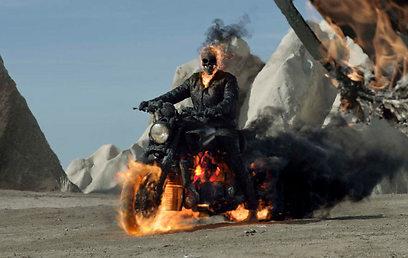 ניקולס קייג' כגוסט ריידר. לא יורד מהאופנוע ()