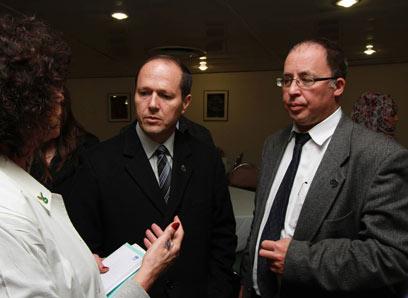 """מנהל בית החולים, ד""""ר יובל וייס, עם ראש העיר ניר ברקת (צילום: גיל יוחנן) (צילום: גיל יוחנן)"""