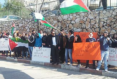 דגלי פלסטין וכרזות נגד הנשיא בהפגנה בנצרת (צילום: חסן שעלאן) (צילום: חסן שעלאן)