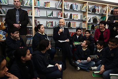 """""""המשיכו לחלום"""", פרס והתלמידים בספרייה העירונית (צילום: קובי גדעון, פלאש 90 ) (צילום: קובי גדעון, פלאש 90 )"""
