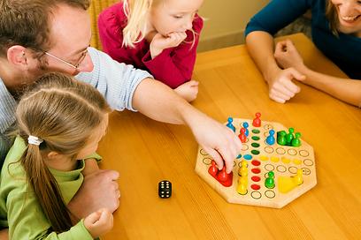 משחקים מאפשרים לחזק ערכים של כבוד הדדי והתחשבות (צילום: shutterstock ) (צילום: shutterstock )