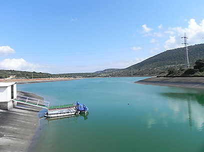 המים מועלים לגובה 152 מטר מעל פני הים. מאגר צלמון (צילום: זיו ריינשטיין) (צילום: זיו ריינשטיין)