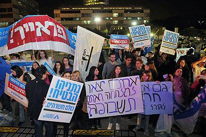 """הפגנה נגד חוק טל בתל אביב. """"אסור לשבור כלים"""" (צילום: ירון ברנר) (צילום: ירון ברנר)"""