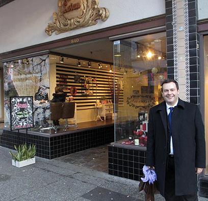 השר ג'ייסון קני ליד החנות. גם קנה לאות הזדהות (צילום: משרד ההגירה הקנדי) (צילום: משרד ההגירה הקנדי)