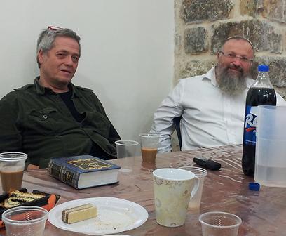 מפגש תרבויות בלתי צפוי. שלמה ארצי עם הרב שמואל אליהו (צילום: אהרלה וסרמן, באדיבות בחדרי חרדים)
