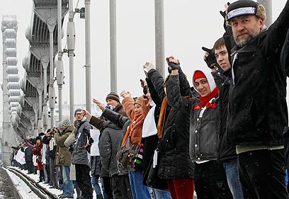 יצרו שרשרת אנושית במחאה נגד ראש הממשלה. מפגינים במוסקבה (צילום: רויטרס) (צילום: רויטרס)