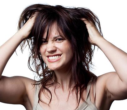 אם נותרות ביד יותר מ-15-13 שערות, מדובר בנשירה מוגברת (צילום: shutterstock) (צילום: shutterstock)