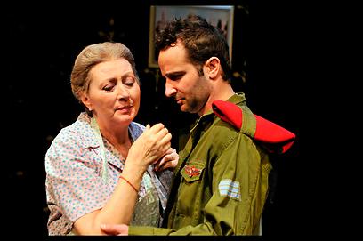 """רוזינה קמבוס על במת הקאמרי ב""""השיבה לחיפה"""" (צילום: ארז כהנא)"""