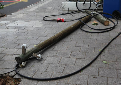 עמוד חשמל שקרס במרכז תל-אביב (צילום: מוטי קמחי)