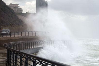 הים סוער בטיילת בתל-אביב (צילום: AFP)