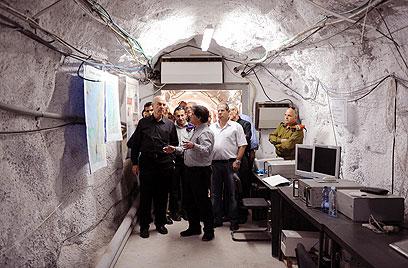 """השר במערה. """"להקטין את הפגיעה בחיי אדם"""" (צילום: אריאל חרמוני, משרד הביטחון) (צילום: אריאל חרמוני, משרד הביטחון)"""