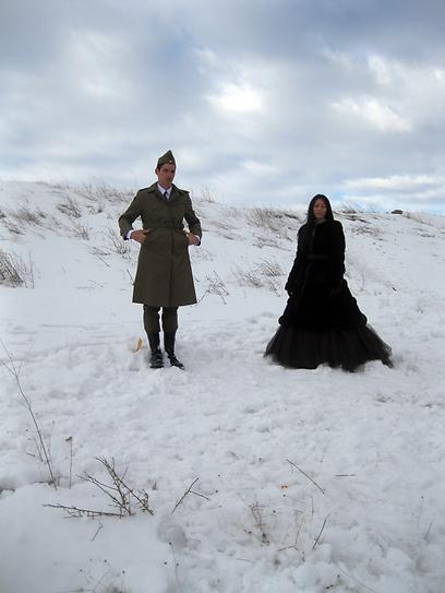 או לה לה, איזה קור כאן. יונתן ווגמן והשחקנית שלצידו מתוך הצילומים ()
