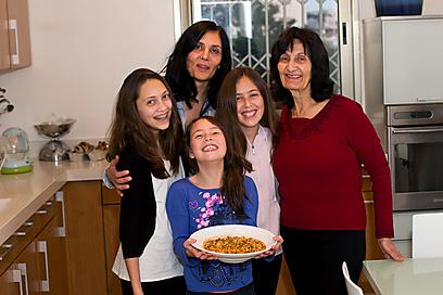 בנות משפחת בן משה עם האוש-שולה (צילום: טל שחר) (צילום: טל שחר)