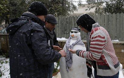 וגם השכנים הפלסטינים בנו בובת שלג בחברון (צילום: AP)