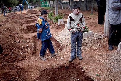 קברים טריים באידלב (צילום: AP) (צילום: AP)