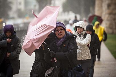 הולכים נגד הרוח בירושלים (צילום: נועם מושקוביץ) (צילום: נועם מושקוביץ)