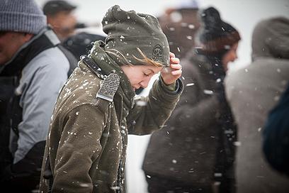 """קר שם בחוץ. שוטרת מג""""ב מנסה להימלט מפתיתי השלג (צילום: נועם מושקוביץ) (צילום: נועם מושקוביץ)"""