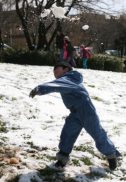 ניב מתקיף את אבא בכדורי שלג לבנים (צילום: גיל יוחנן) (צילום: גיל יוחנן)