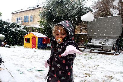 אופיר בת השנתיים זורקת כדורי שלג  (צילום: גיל יוחנן) (צילום: גיל יוחנן)