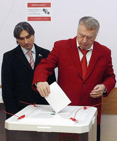 ז'ירינובסקי מצביע, הבוקר (צילום: רויטרס) (צילום: רויטרס)