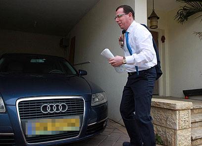 בועז הרפז בפתח ביתו, הבוקר (צילום: גיל יוחנן) (צילום: גיל יוחנן)
