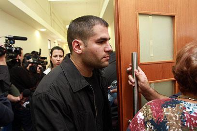 """האח ניר מעוז. הנאשם שאל: """"ממה הוא מתבייש?"""" (צילום: גיל יוחנן) (צילום: גיל יוחנן)"""