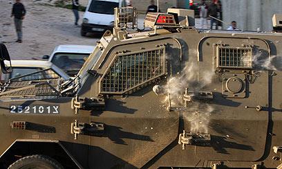 ג'יפ צבאי ספג פגיעה באותו האזור, לאחר דקירת החייל (צילום: AFP) (צילום: AFP)