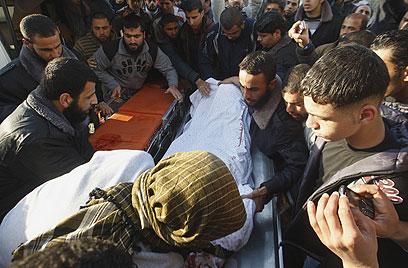 פינוי הגופות אחרי החיסול, אחר הצהריים (צילום: AP) (צילום: AP)