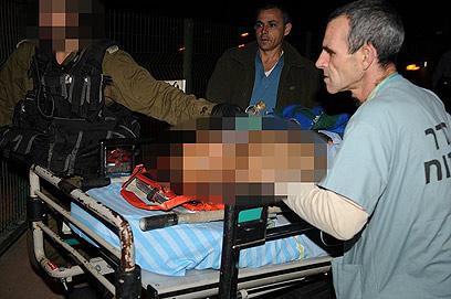 עובדים זרים שנפגעו מפונים אמש לבית החולים סורוקה (צילום: הרצל יוסף) (צילום: הרצל יוסף)