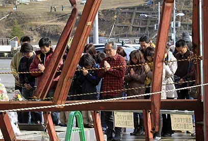 תפילות לזכר הנספים (צילום: EPA) (צילום: EPA)