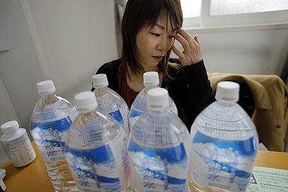 יושיקו אוטה בביתה. לא תולה כביסה, שותה רק מים בבקבוקים (צילום: AP) (צילום: AP)