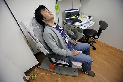 מדידת קרינה בכל הגוף בבית חולים (צילום: AP) (צילום: AP)