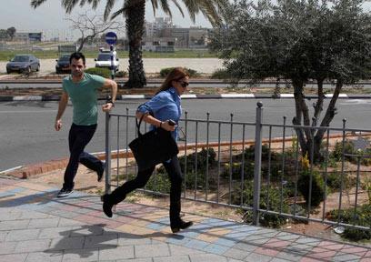 רצים למקלט באשדוד (צילום: רויטרס)