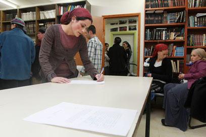 """החתימה על הסכם הפינוי. """"לא תראו כאן שמפניה"""" (צילום: גיל יוחנן) (צילום: גיל יוחנן)"""