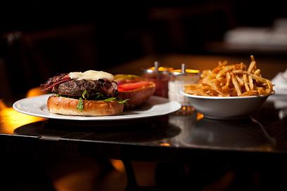 להתענג על השחיתות. המבורגר בייקון וגורגונזולה בזוני (צילום: תום להט)