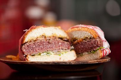 בומבה של בשר. ההמבורגר המופלא של איוו (צילום: תום להט)