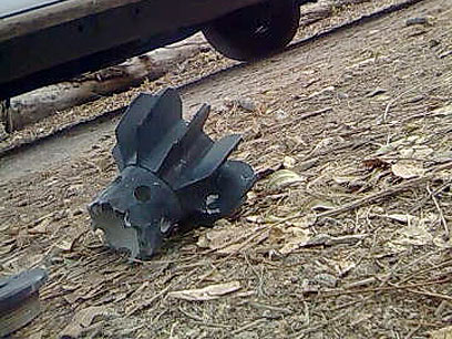 חלקים מהרקטה שפגעה ליד גן ילדים באשכול (צילום: זאב טרכטמן)