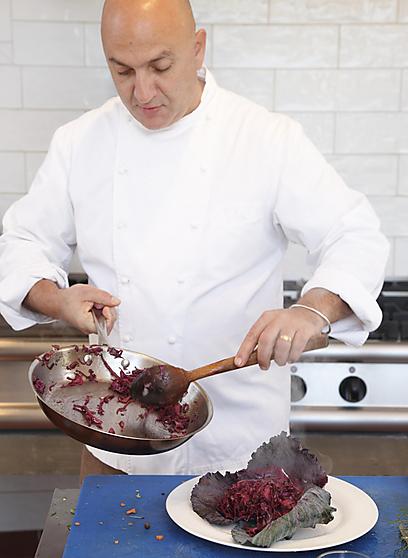 עזרא קדם עם תבשיל עדין וקטיפתי של כרוב סגול (צילום: דניה ויינר ) (צילום: דניה ויינר )