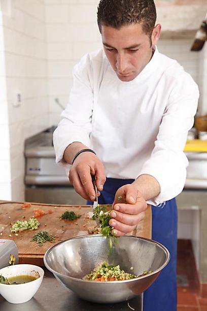 סלט ירקות טרי עם עלי זעתר טריים (צילום: דניה ויינר ) (צילום: דניה ויינר )