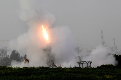 כיפת ברזל מיירטת רקטה ליד אשדוד (צילום: EPA)