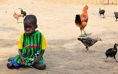 ילד שלוקה במחלה. התושבים כועסים על הממשלה (צילום: רויטרס) (צילום: רויטרס)