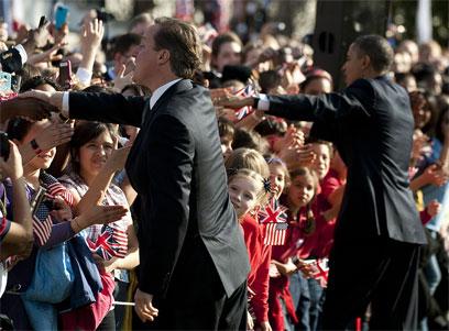 אובמה וקמרון מברכים את הקהל (צילום: AFP) (צילום: AFP)