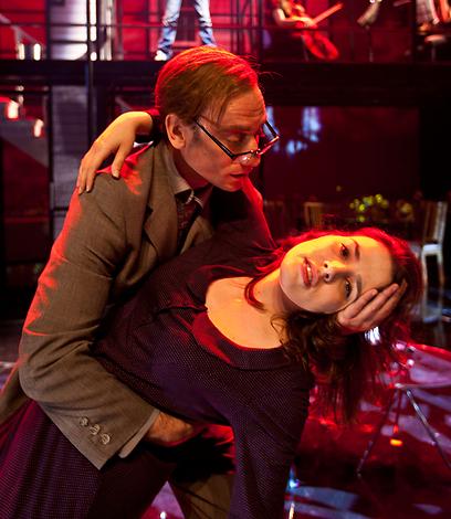 """איילת רובינסון ותומר שרון, מתוך """"כמעט נורמלי""""  (צילום: ז'ראר אלון) (צילום: ז'ראר אלון)"""