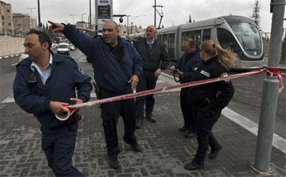 """""""הפגיעה גרמה לדימום משמעותי מהריאה"""". זירת הפיגוע, היום (צילום: AFP) (צילום: AFP)"""